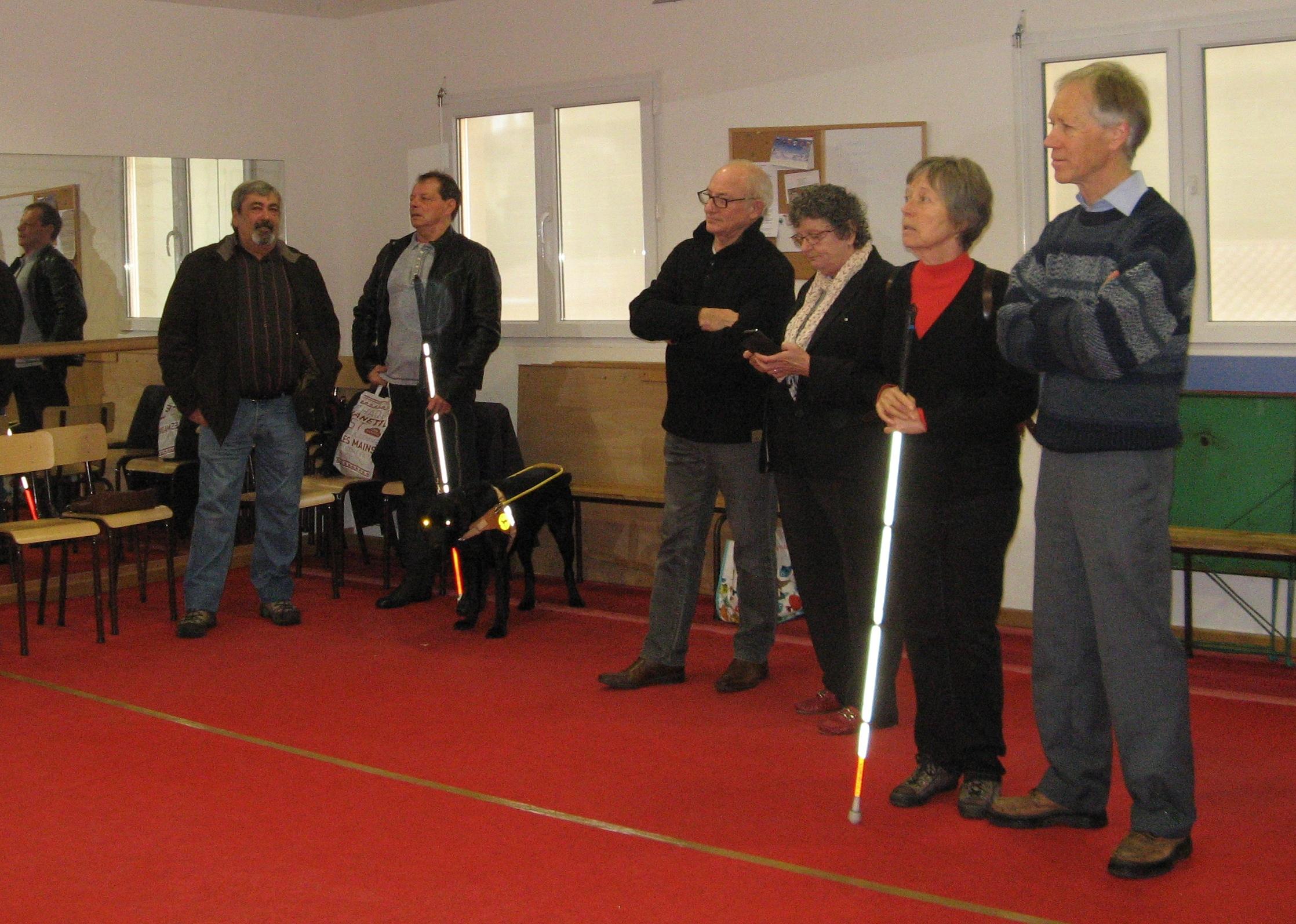 Remise d'un chien guide avec le président de la bibliothèque sonore de Hyères.